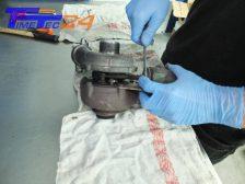 Lösen der Unterdruckdose vom Turbolader. Bei Turboladern mit Ladedrucksteller, diesen entfernen. Wichtig!: Nicht die Grundeinstellung am Gestänge verändern, ggf arretieren.