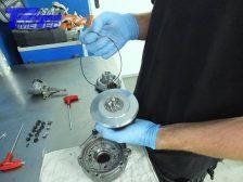 Jetzt den mit der Rumpfgruppe mitgelieferten Gummi-O-Ring...