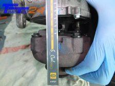 Eine Markierung am Abgasgehäuse und am Verdichtergehäuse mittig zur Ölzulauf-Bohrung setzen.